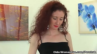 UK milf Scarlet pokes her fanny with a..