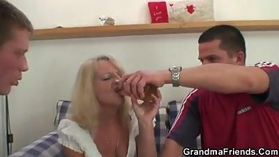 Partying guys lure old blonde into..