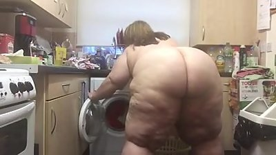 Gorgeous SBBW ass doing laundry