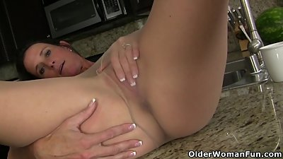 American milf Sofie spreads her..
