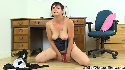 UK milf Zanderlee peels off her tights..